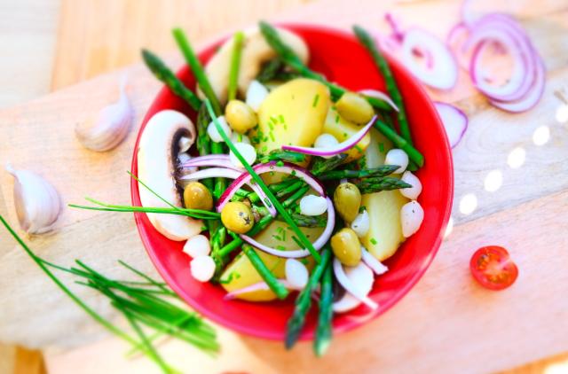 Photo Salade de pommes de terre et asperges vertes